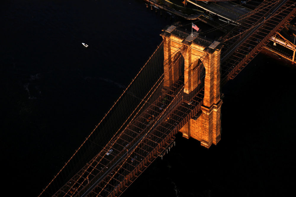 New-York'ta güneşin doğduğu anda Brooklyn Köprüsü.