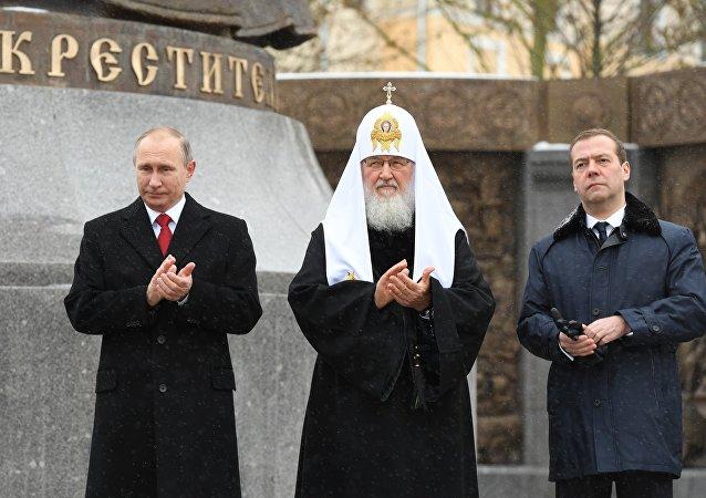 Putin, Ulusal Birlik Günü'nde kahramanların anıtına çiçek bıraktı