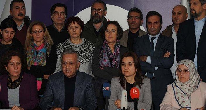HDP Milletvekillerinin gözaltına alınmasına ilişkin HDP İstanbul İl Başkanlığı'nda basın açıklaması yapıldı.