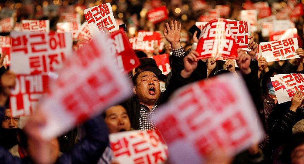 Güney Kore'de halk devlet başkanının istifası için sokaklara döküldü