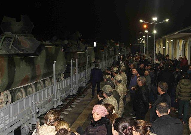 Silopi'ye hareket eden zırhlı araçları ve askerleri taşıyan tren tekbirler eşliğinde uğurlandı