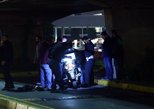 Atatürk Havalimanında polisin dur ihtarına uymayan ve kaçmaya çalışan motosikletteki şüpheli iki kişi yaşanan kovalamaca sonucunda yakalandı