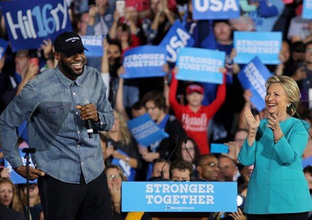LeBron James, Clinton için oy istedi.