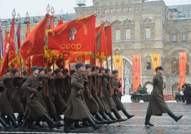 7 Kasım'da, Kremlin duvarlarının yanı başındaki Kızıl Meydan'da 1941'de gerçekleştirilen tarihi askeri geçidin 75. yıldönümü nedeniyle bir geçit töreni düzenlendi.
