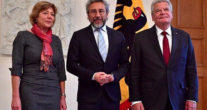 Almanya Cumhurbaşkanı Joachim Gauck, eski Cumhuriyet Gazetesi Genel Yayın Yönetmeni Can Dündar'ı Bellevue Sarayı'nda kabul etti.