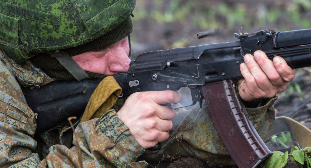 Tatbikata katılan Rus paraşütçü asker.