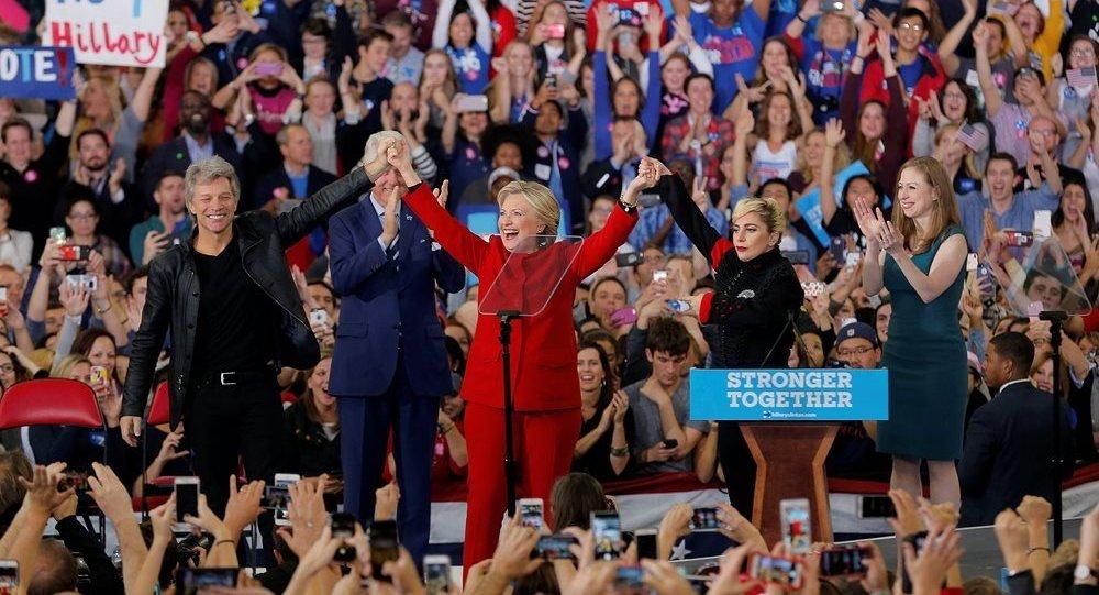Jon Bon Jovi ve Lady Gaga, Clinton'ı Kuzey Carolina'daki mitingde yalnız bırakmadı.