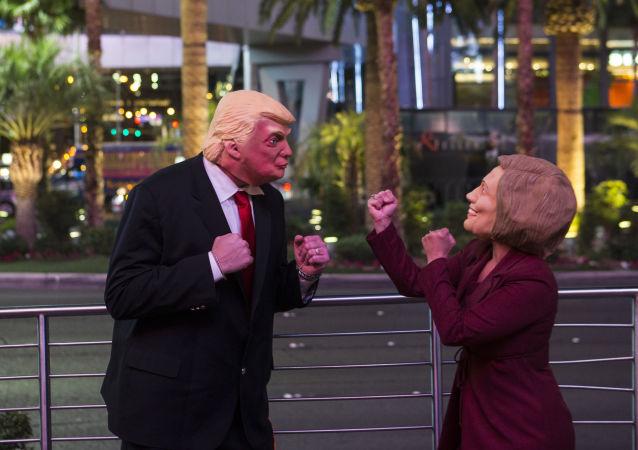 Trump ve Demokrat rakibi Clinton'ın maskelerini giymiş aktörler Las Vegas'ta insanları eğlendiriyor.