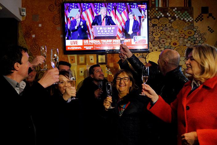 Sevnicalılar, ABD başkanı seçilen 'damatlarının' zaferini şampanya içerek kutladı.