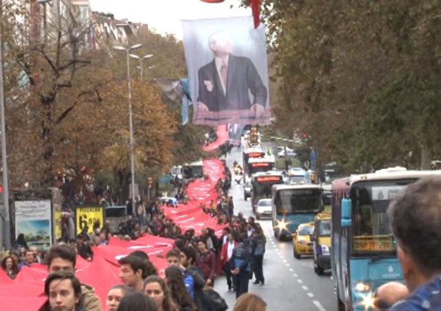 Beşiktaş'ta 1011 Metrelik Bayrakla Ata'ya Saygı Yürüyüşü
