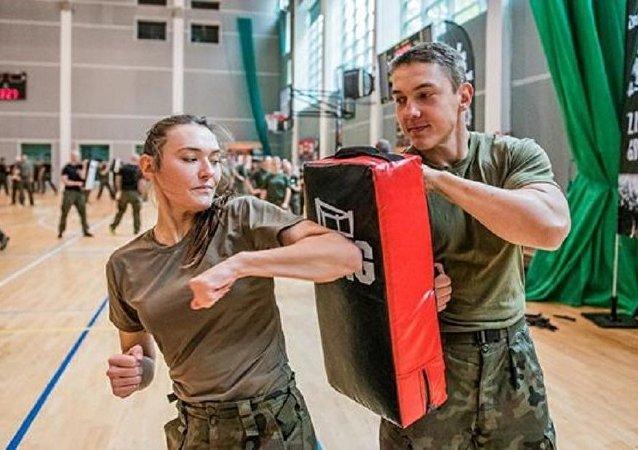 Polonyalı kadınlara ordudan dövüş eğitimi