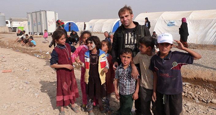 Hikmet Durgun Musul'daki savaştan kaçan çocuklar ile birlikte