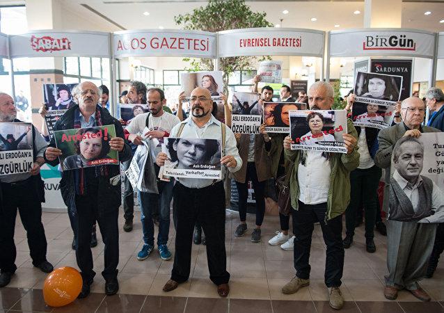 Tüyap'ta tutuklu yazar ve gazeteciler için eylem yapıldı