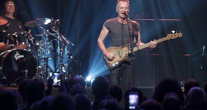 Sting, Paris'teki terör saldırılarının birinci yıldönümünde Bataclan'da konser verdi