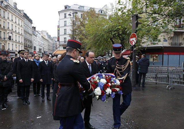 Fransa Cumhurbaşkanı Hollande, Paris Belediye Başkanı Anne Hidalgo ve Saint-Denis Belediye Başkanı Didier Paillard ile birlikte Stade de France'ın önünde düzenlenen ve Bataclan'da hayatını kaybedenlerin anısına oluşturulan plaketlerin açılış törenine katıldı.