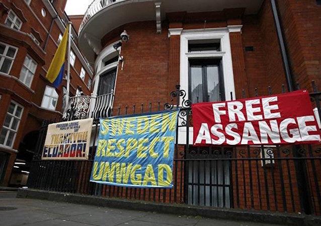 Ekvador'un Londra Büyükelçiliği önünde Assange protestoları