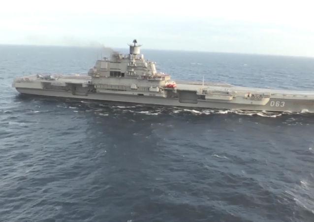 Suriye kıyılarına yaklaşan ağır uçak gemisi Admiral Kuznetsov.