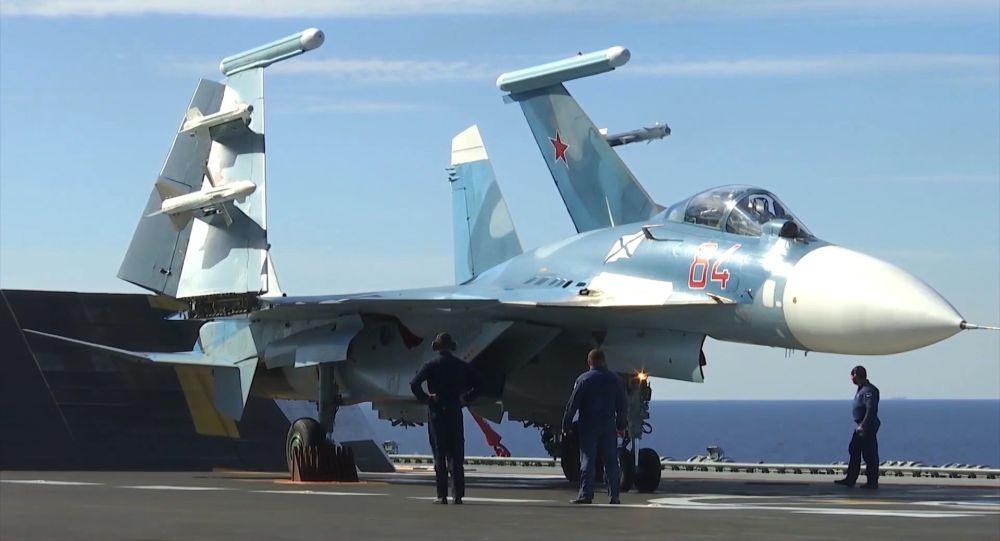Su-33 avcı uçağı, Amiral Kuznetsov uçak gemisi güvertesinde bekliyor.