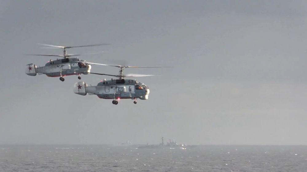Admiral Grigoryeviç koruma gemisi yakınlarında uçan helikopterler.