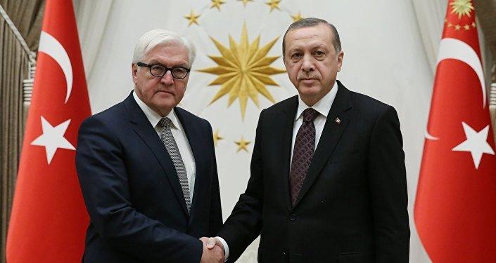 Cumhurbaşkanı Recep Tayyip Erdoğan, Cumhurbaşkanlığı Külliyesi'nde Almanya Dışişleri Bakanı Frank-Walter Steinmeier'i kabul etti.