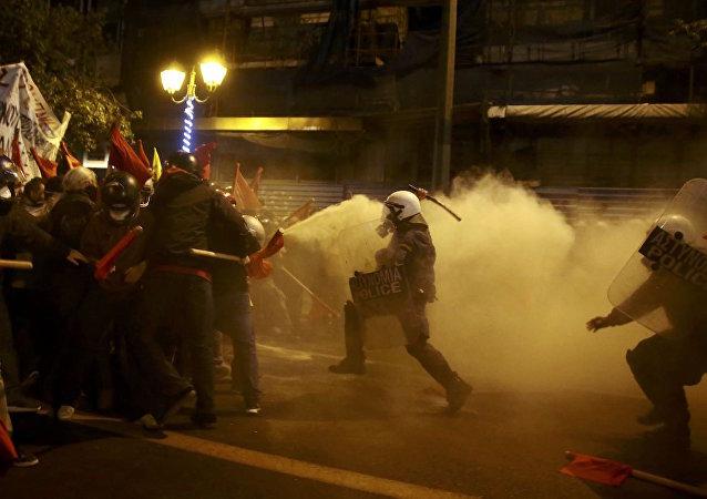 Yunan polisinden Obama'yı protesto eden Atinalılara müdahale