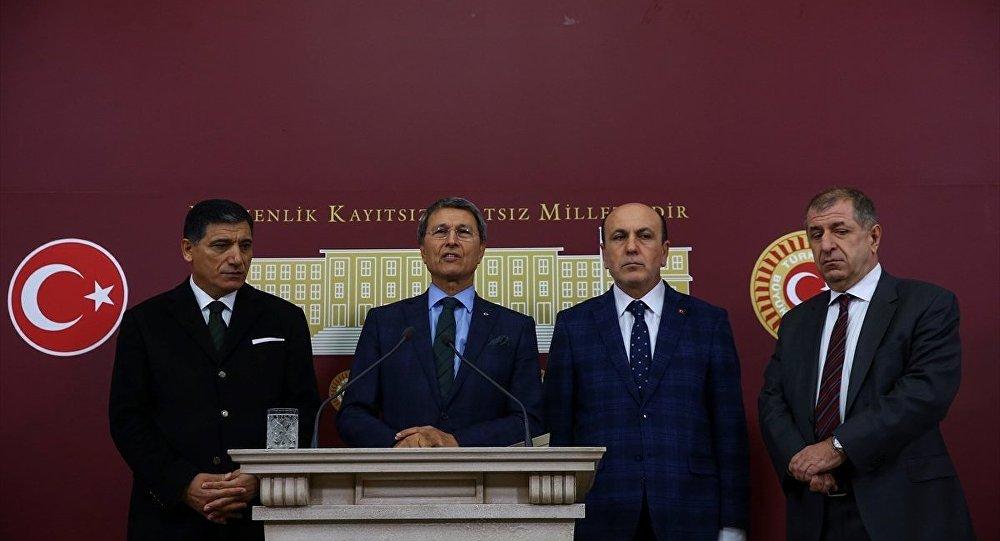 MHP'den ihraç edilen Gaziantep milletvekili Ümit Özdağ (sağda) TBMM'de basın toplantısı düzenledi. Basın toplantısına MHP Kayseri milletvekili Yusuf Halaçoğlu (sol 2) MHP Isparta milletvekili Nuri Okutan (solda) MHP Balıkesir milletvekili İsmail Ok (sağ 2) da katıldı.