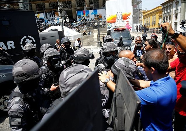 Rio de Janeiro'da kemer sıkma politikalarını protesto eden eylemcilere polis müdahalesi