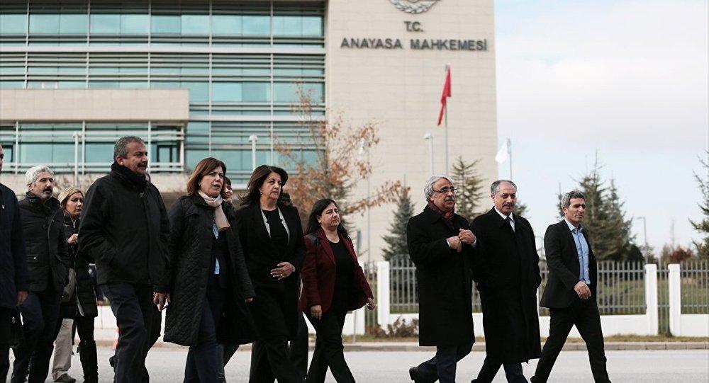 HDP Eş Genel Başkanları Selahattin Demirtaş ve Figen Yüksekdağ'ın tutukluluğuna yapılan itirazın reddedilmesinin ardından HDP'li milletvekilleri ve avukatlar, Anayasa Mahkemesi'ne (AYM) başvuruda bulundu.