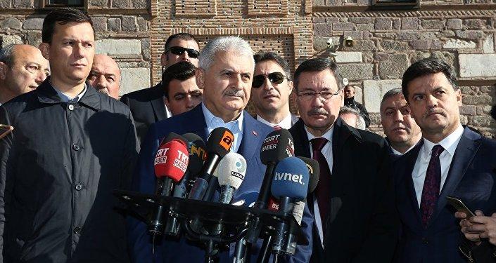 Başbakan Binali Yıldırım cuma namazını Hacı Bayram-ı Veli Camii'nde kıldı. Başbakan Yıldırım namaz sonrası kendisini bekleyen gazetecilerin sorularını yanıtladı.