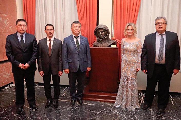 Rusya'nın Ankara Büyükelçiliği'nde Gagarin anıtı açıldı