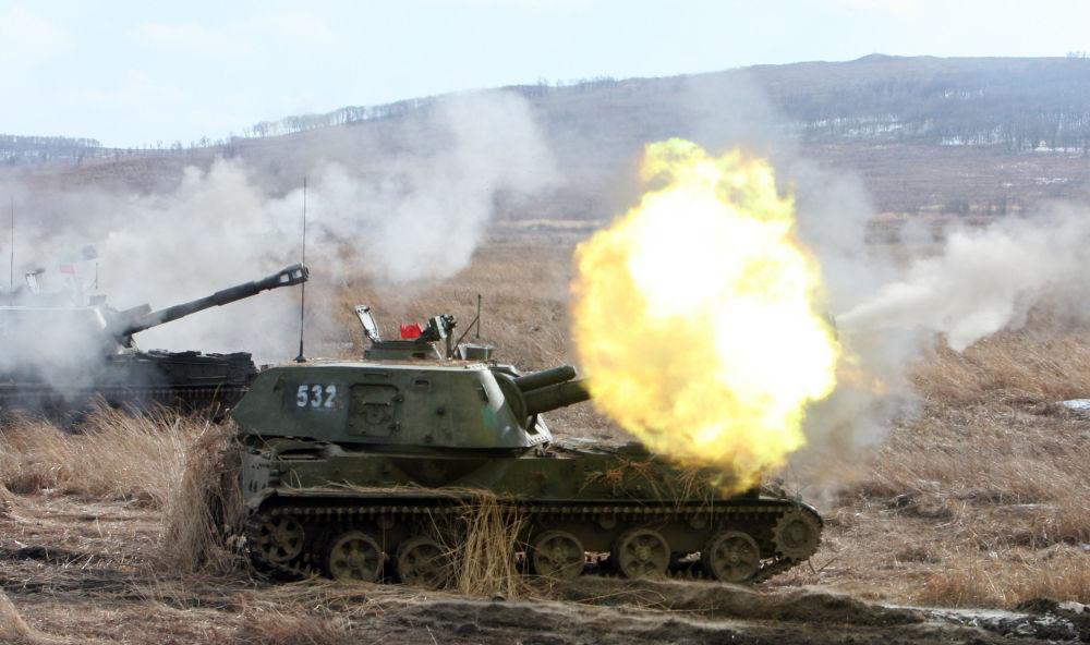 Rusya'nın Primorski bölgesinde topçu birliklerinin tatbikatlarında kullanılan 2C3 Akasya motorlu topçu sistemi.