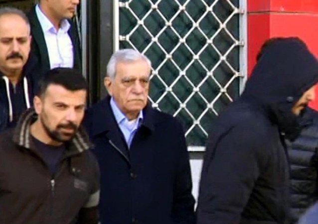 Görevinden uzaklaştırılan Mardin Büyükşehir Belediye Başkanı Ahmet Türk ile Artuklu Belediye Başkanı Emin Irmak gözaltına alındı.