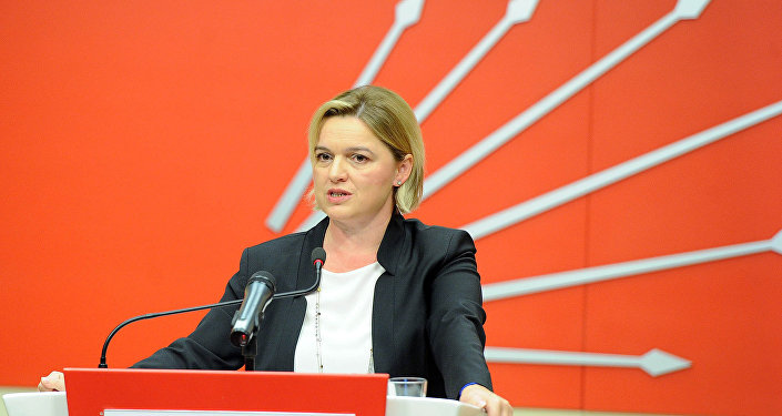 CHP Genel Başkan Yardımcısı Selin Sayek Böke, parti genel merkezinde düzenlediği basın toplantısında, Türkiye ekonomisinde son dönemde yaşanan gelişmeleri değerlendirdi.