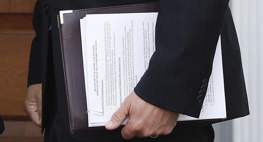 Donald Trump'ın İç Güvenlik Bakanı adayı Kris Kobach'ın Terörle Mücadele Planı AP ajansının fotoğrafçısına yakalandı.