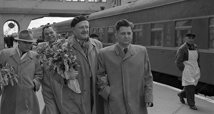 Kiev'deki Ukrayna Devlet Arşivi'nde bulunan fotoğraflarda Nazım Hikmet, Kiev Garı'nda şair ve yazar dostları ve kendisini karşılamaya gelen insanlarla beraber görülüyor.