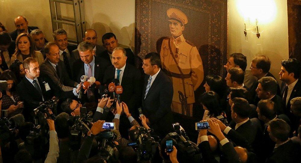 CHP, muhalefet kulisine Atatürk resmini astı