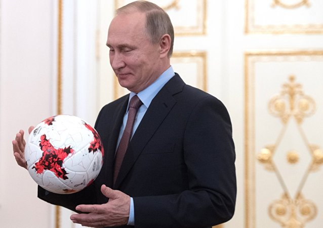 Rusya Devlet Başkanı Vladimir Putin, FIFA Başkanı Valentina Infantino ile Moskova'da bir araya geldi. Infantino, Putin'e Rusya'nın ağırlayacağı 2017 Konfederasyon Kupası için tasarlanan bir futbol topu hediye etti. РФ В. Путин встретился с президентом ФИФА Д. Инфантино