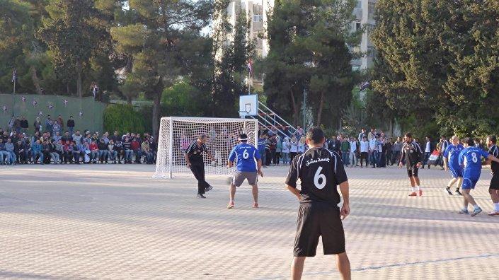 Etkinliğin organizatörü Beşar Zaabalavi, futbol maçları aracılığıyla Suriye'de normal hayatın devam ettiğini göstermek istediklerini belirtti.