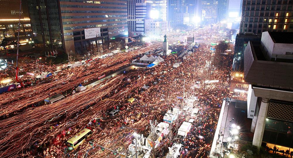 Güney Kore'de 100 binler karlı havaya rağmen başkanlık sarayına yürüdü