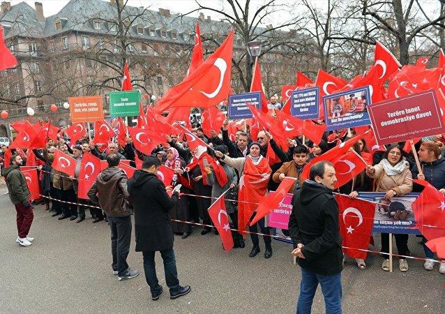 "Strazburg'da ""Teröre Lanet, Demokrasiye Davet mitingi"