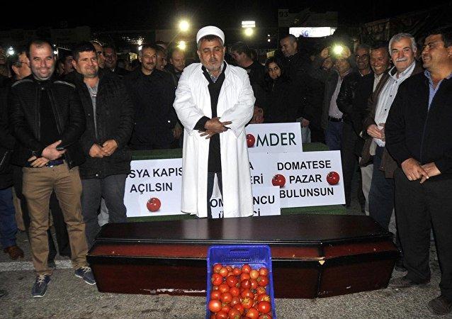 Antalya'da, domates ihracındaki engellerin kaldırılmasına yönelik çalışma yapılmasını isteyen üretici, durumu protesto için içinde domates bulunan tabut önünde temsili cenaze namazı kıldı.