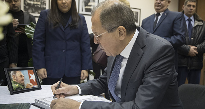 Rusya Dışişleri Bakanı Sergey Lavrov Moskova'daki Küba Büyükelçiliği'nde Fidel Castro için taziye defterini imzalıyor
