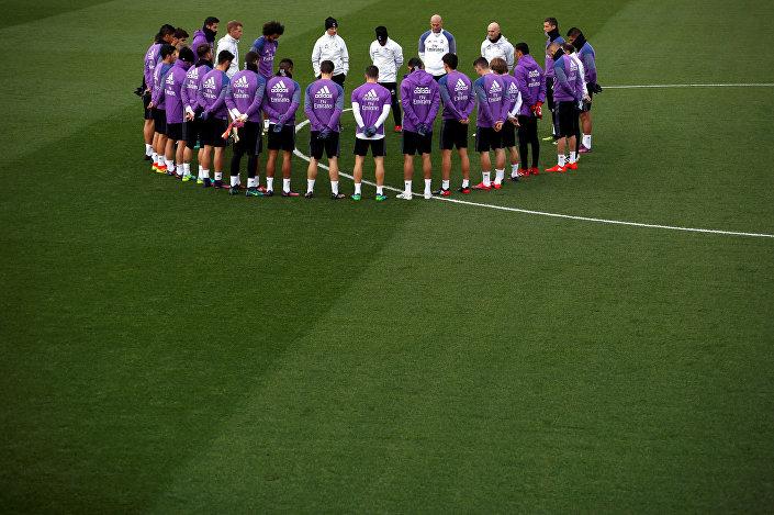 Real Madrid'li futbolcular bugünkü antreman öncesi, Brezilya takımının ölen futbolcuları için bir dakikalık saygı duruşunda bulundu.