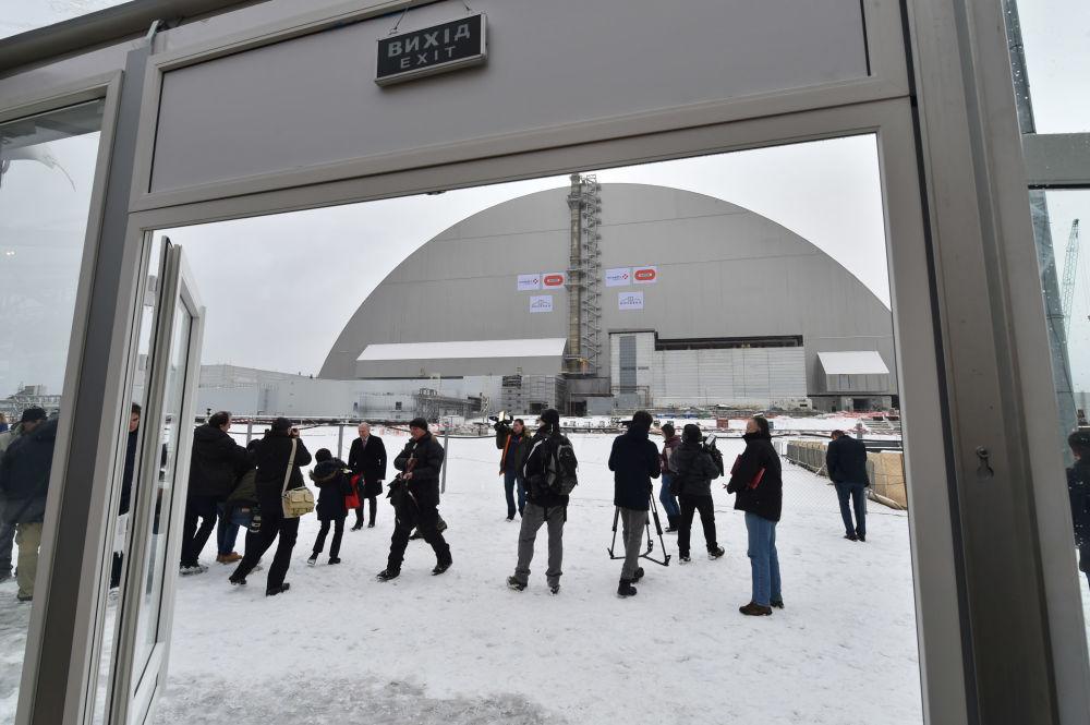 Çernobil nükleer santralinin 4. reaktöründeki 'Ukritiye' tesisi üzerindeki yeni taş sandukanın açılış törenine katılan gazeteciler.