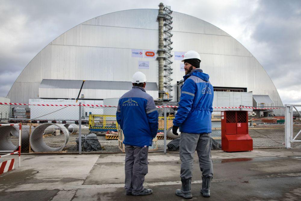 Çernobil nükleer santralinin 4. reaktöründeki 'Ukritiye' (Sığınak) tesisi üzerindeki kemerin yanındaki çalışanlar.