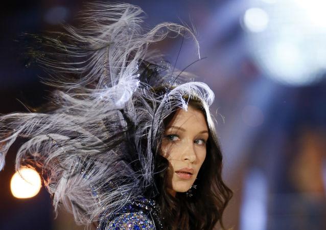 Модель Белла Хадид на показе мод в рамках шоу Victoria's Secret 2016 в Париже