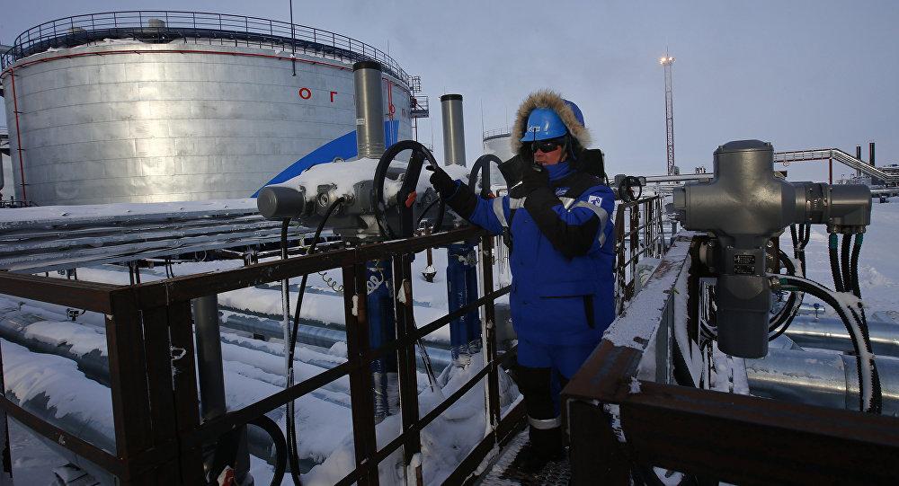 Rusya'da Gazprom'a ait bir petrol tesisinde çalışan bir işçi