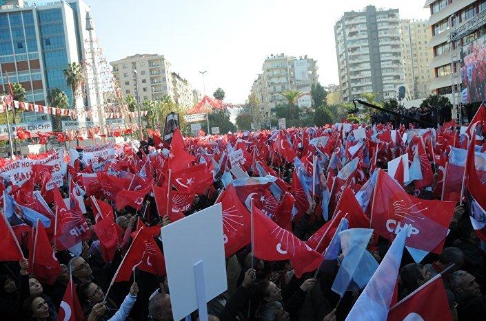 Kılıçdaroğlu, miting sırasında ülkücülerin açtığı pankarta, Aramızda ülkücü kardeşlerimiz var. Onlar da başkanlığa karşıyız diyorlar diyerek karşılık verdi.