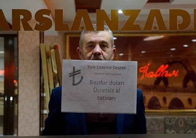 """Dolar bozdurma kampanyasına katılan Edirneli şekerlemeci Arif Meriç, Edirneli şekerlemeci Arif Meriç, """"Dolarlarınızı bozdurun ağzınızı ben tatlandıracağım"""" dedi."""