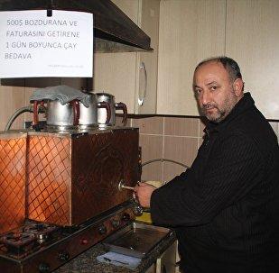 Sakarya'nın Sapanca ilçesinde çay ocağı işleten esnaf Selçuk Nalbantoğlu, döviz bozduran vatandaşlara gün boyu ücretsiz çay veriyor.